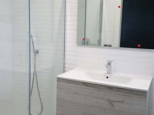 Baño Blanco y Gris en Santiago